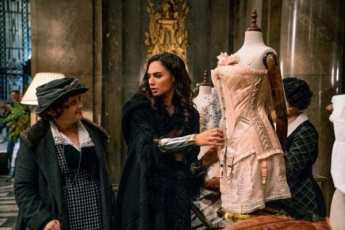 Diana-Prince-Shopping-in-Wonder-Woman-600x400-600x400